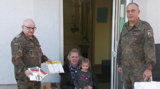 Reservisten bringen Malbücher in die Fliegerhorst-Kita